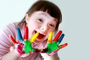 menina-sindrome-de-down-maos-com-tinta-colorida